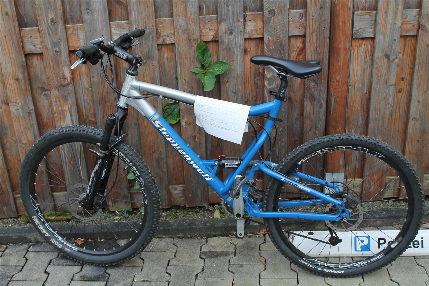 Wer vermisst ein blau-silbernes Mountainbike?