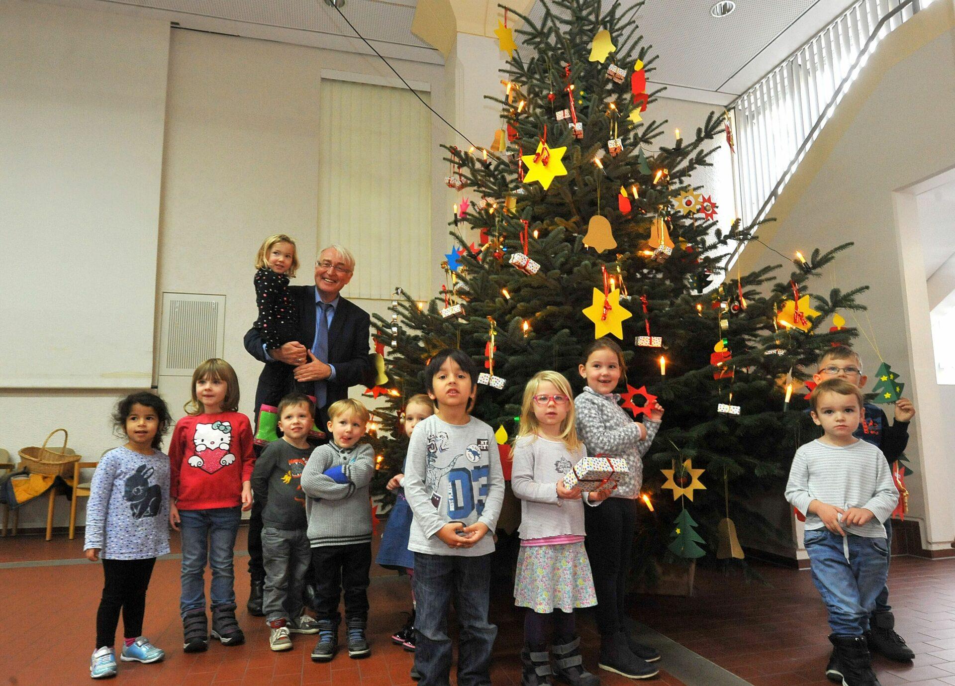 KiTa-Kinder schmückten Baum im Rathaus