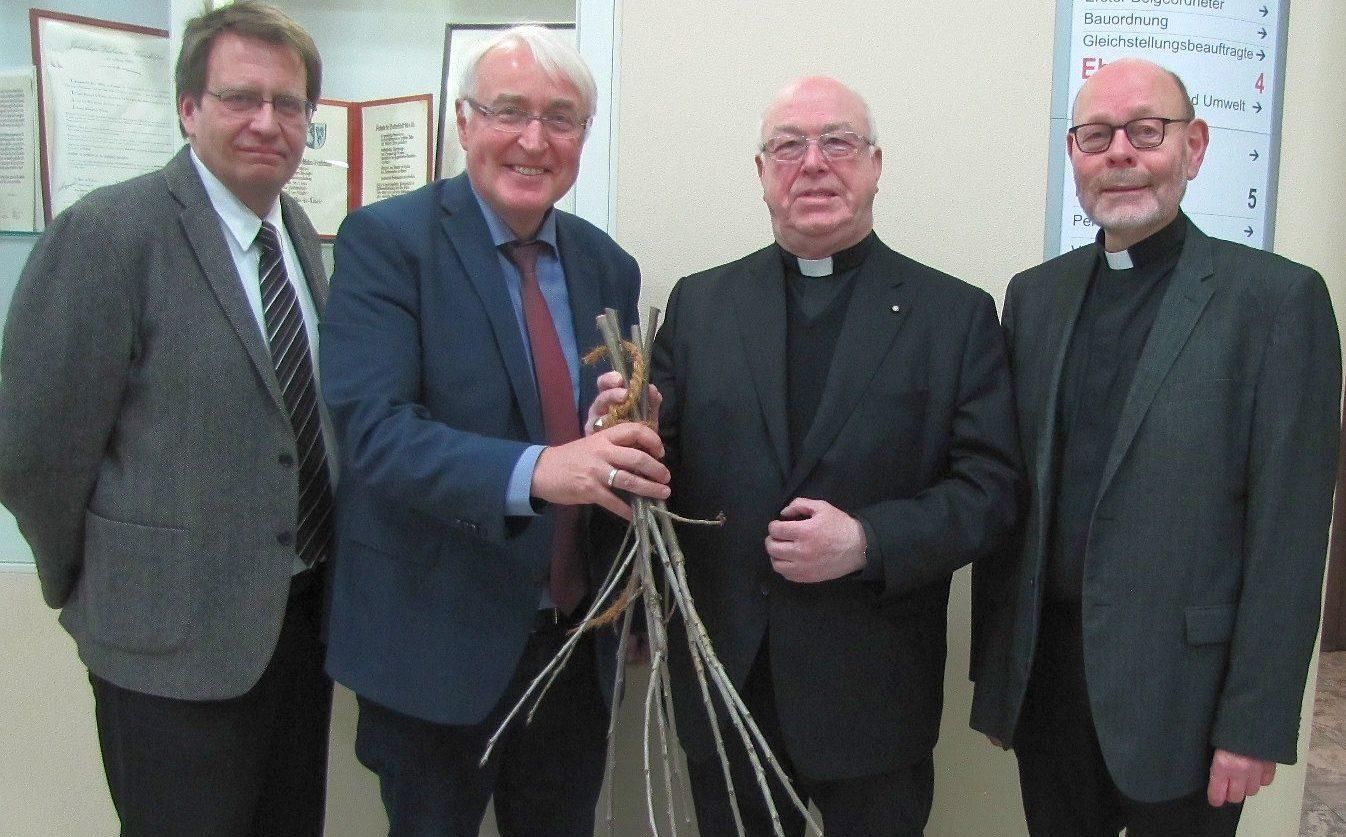 Barbarazweige als Geschenk für den Erzbischof im Rathaus