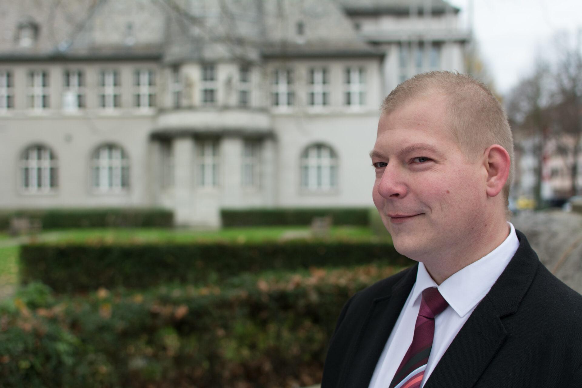 Stefan Barthel reicht alle Unterstützerunterschriften ein