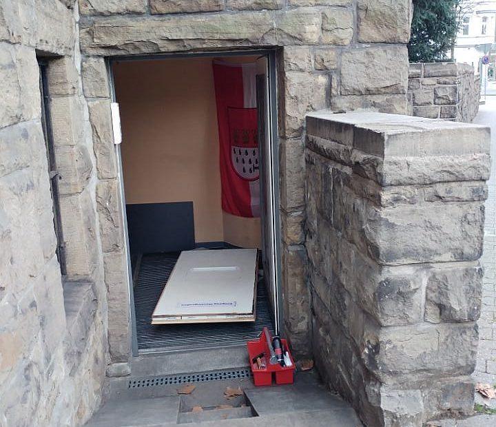 Rathaus-Poststelle: Diebe brechen ein und entwenden Fahrzeug