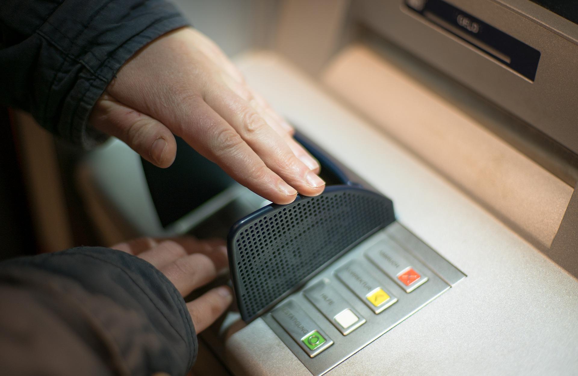 Einbruch in Geldinstitut: Geldautomat aufgebrochen
