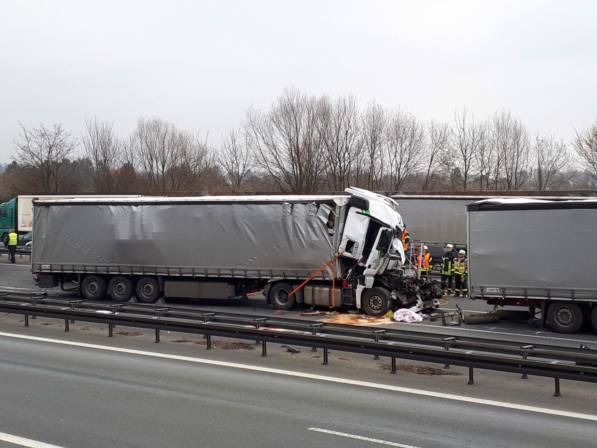 Gaffer filmten: LKW-Fahrer stirbt an Verletzungen von schwerem Unfall