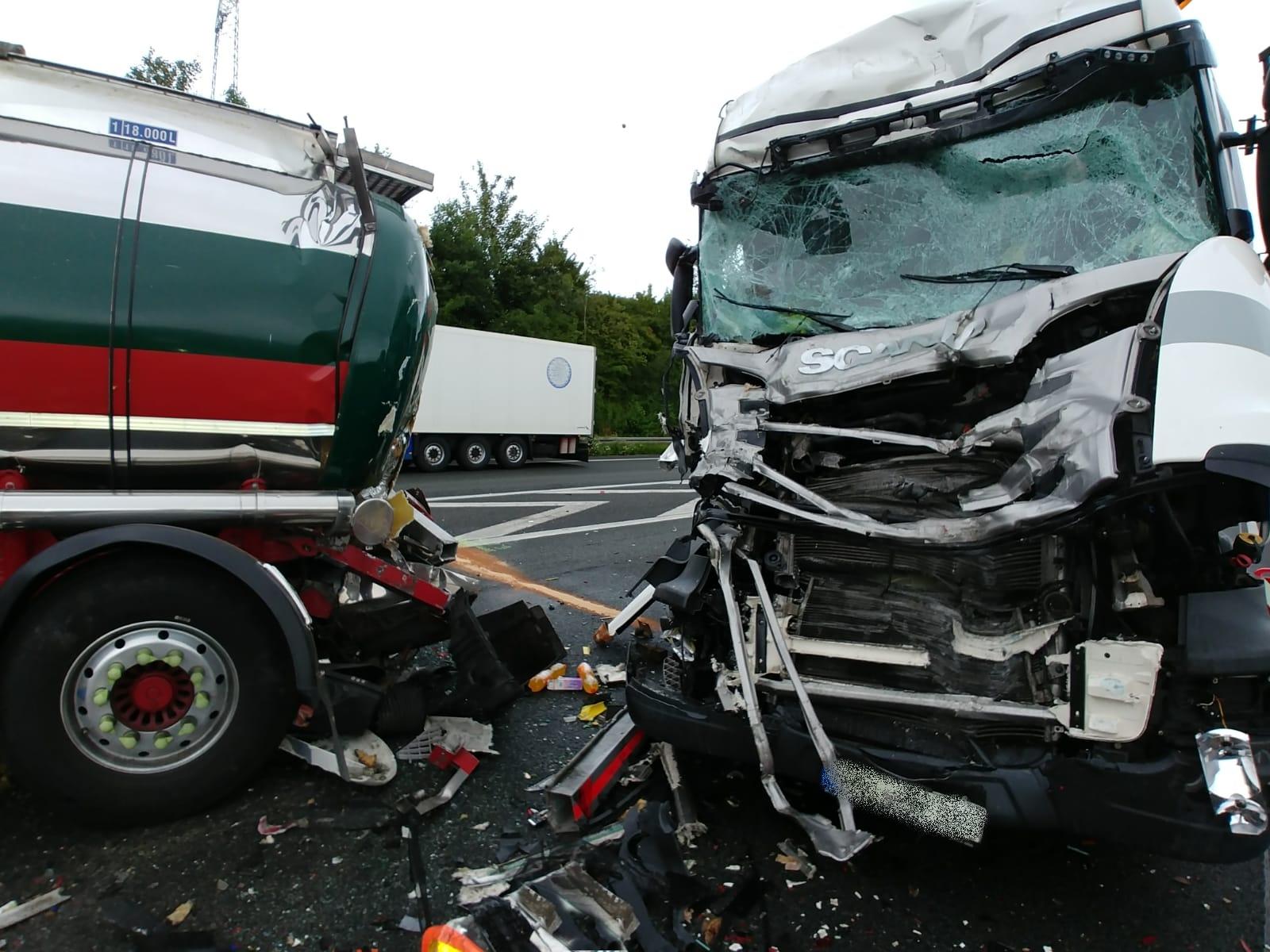 Schwerer Verkehrsunfall auf der A1 mit Lkw