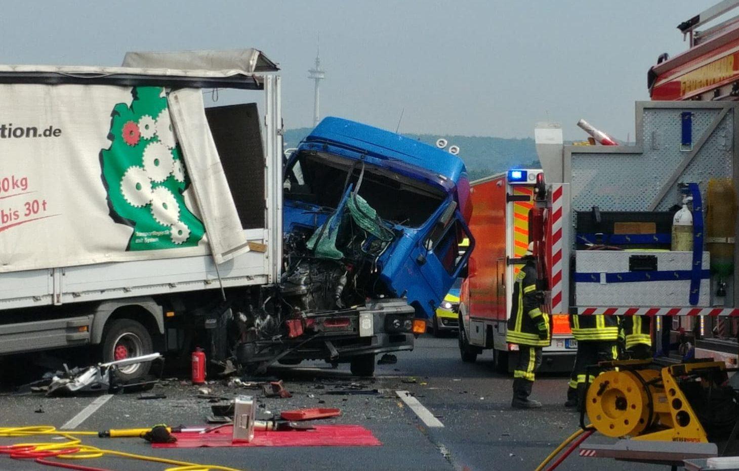 Verkehrsunfall auf der A1: Hoher Sachschaden und drei Verletzte