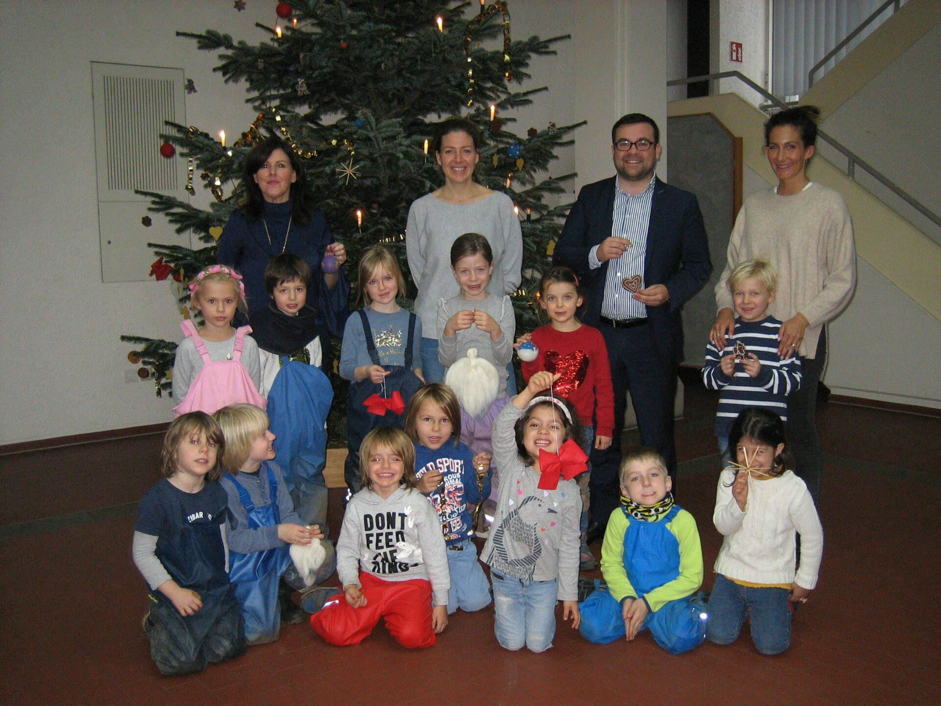 Waldorfkindergarten schmückt Baum im Rathaus