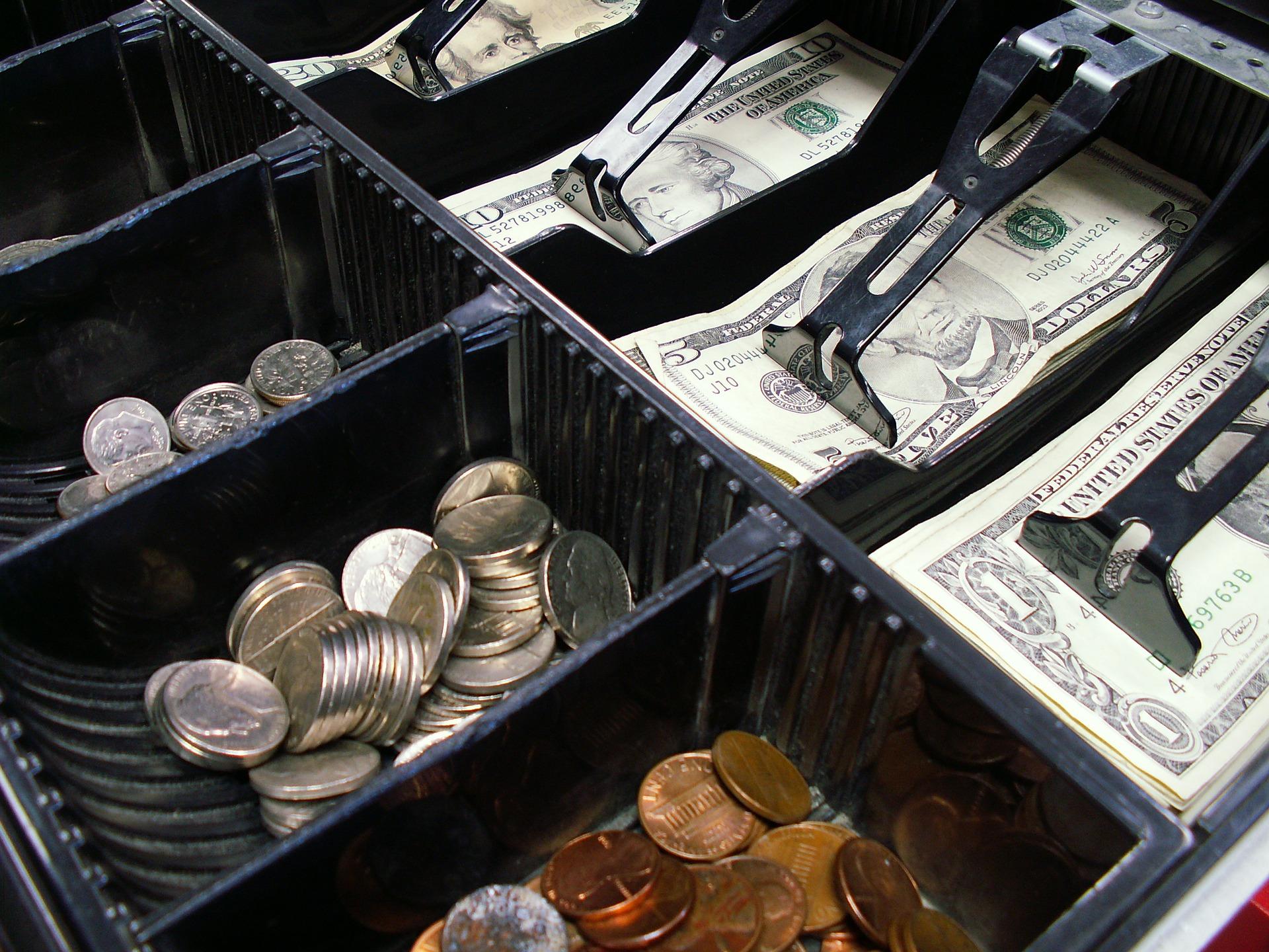 Trickdiebstahl: Verkäuferin abgelenkt, Geld entwendet