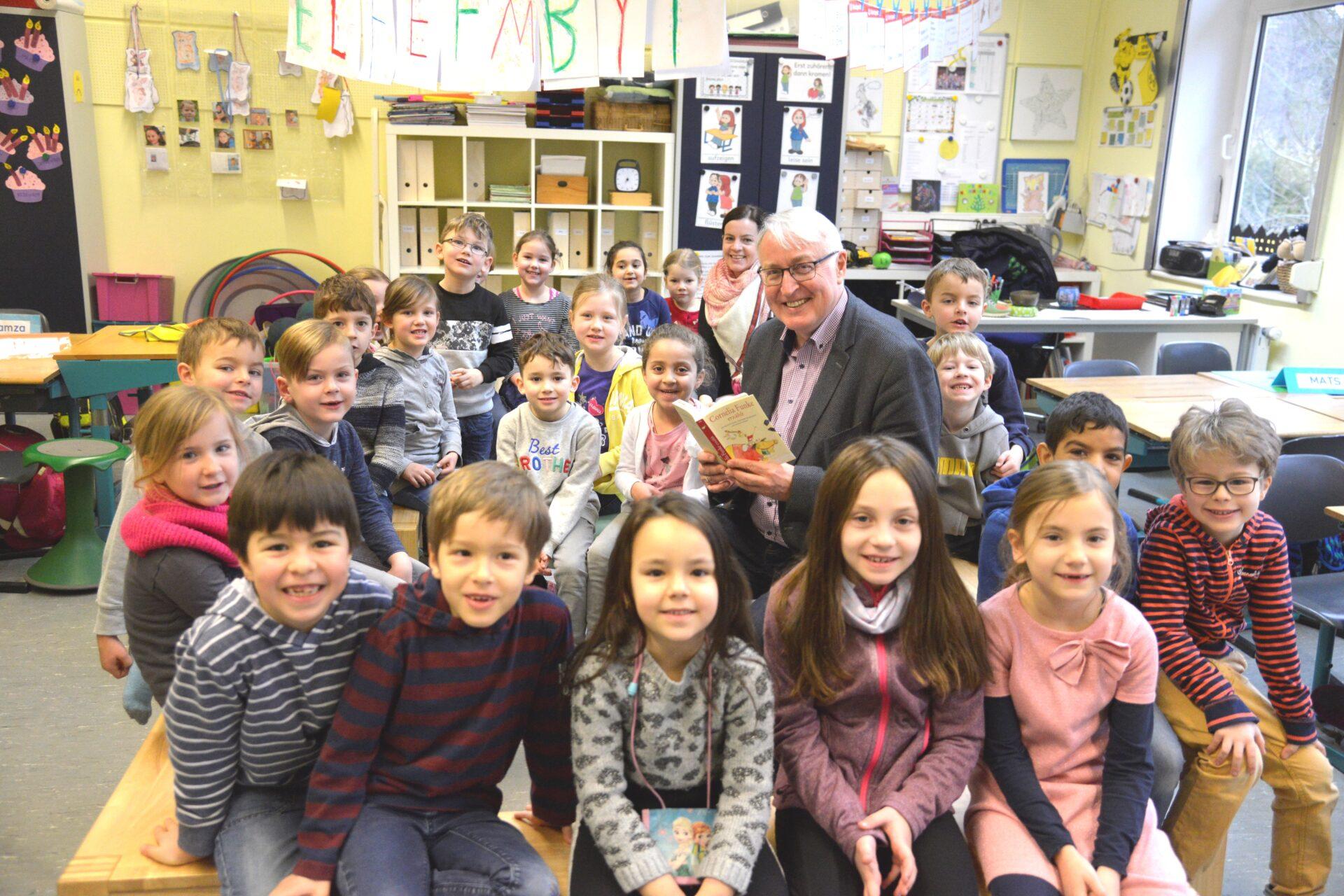 Hans-Georg Winkler las in der Grundschule vor