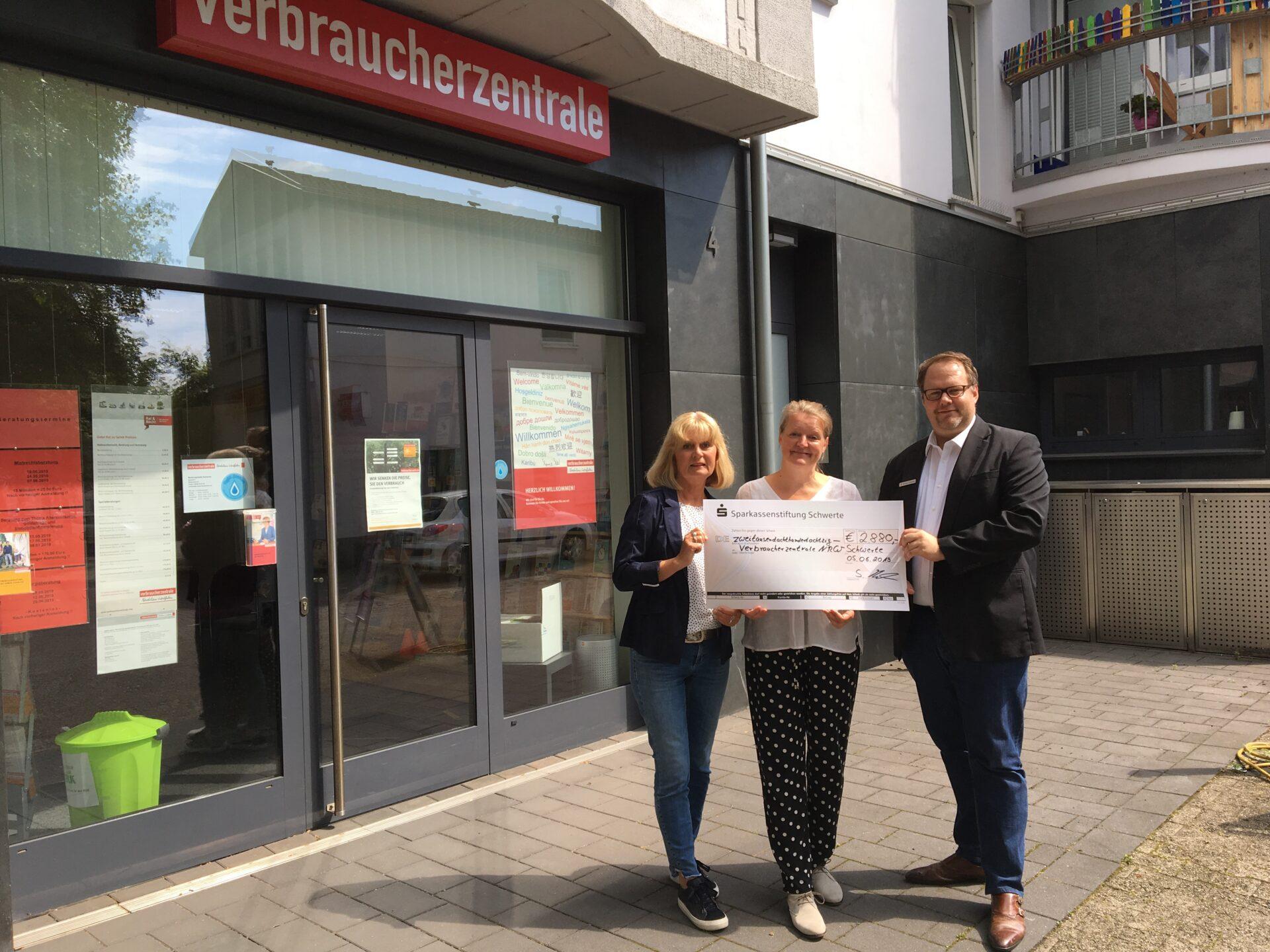 Sparkassenstiftung spendet 2.880 Euro an Verbraucherzentrale