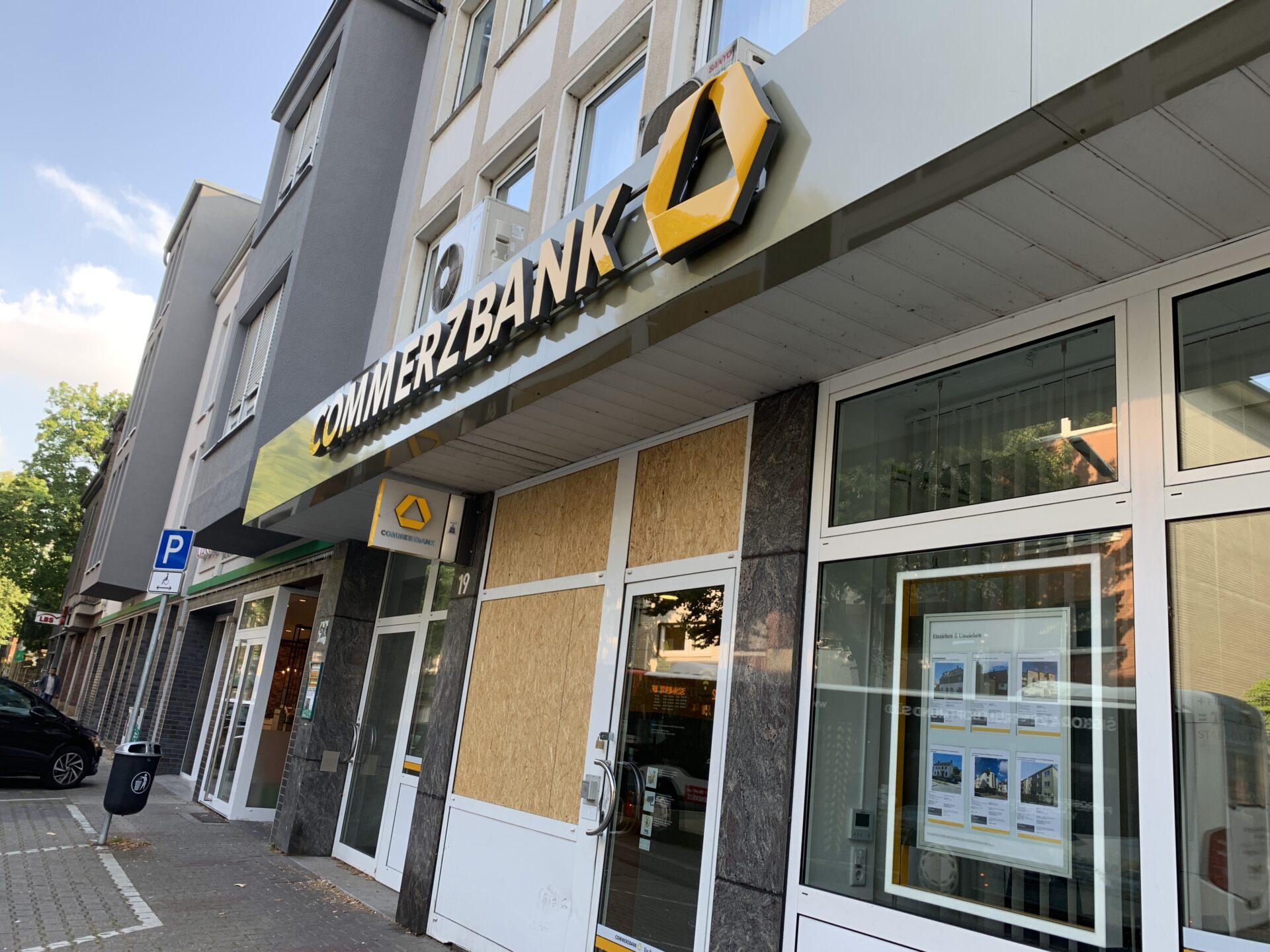 Commerzbank-Filiale mit SUV gerammt – dann mit Sturmhaube eingebrochen