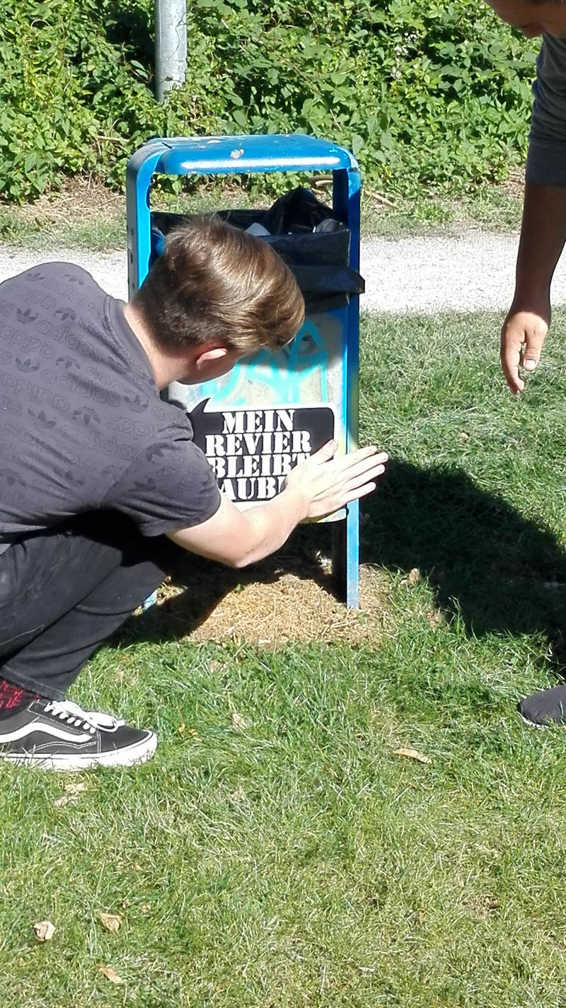 """Engagierte Jugendliche weisen auf Mülltonnen hin – """"Mein Revier bleibt sauber"""""""