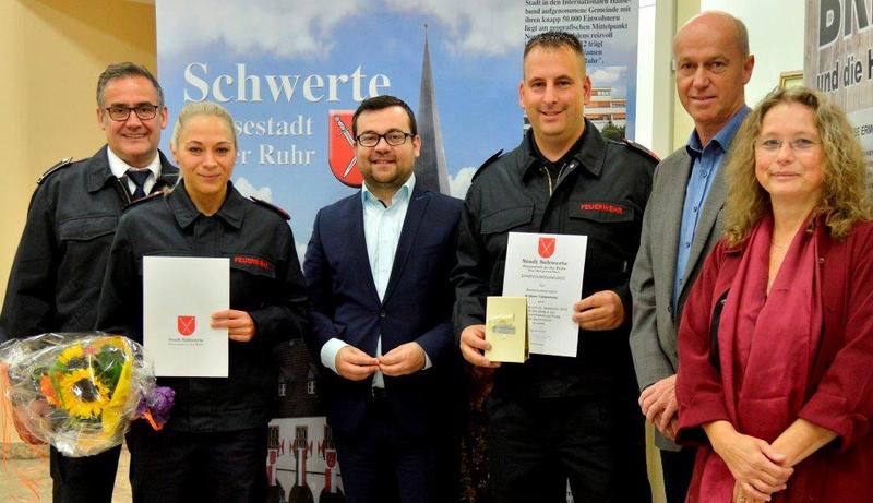 Alexandra Fintanidis und Andreas Tiemesmann schließen Ausbildung als Brandmeister*in ab