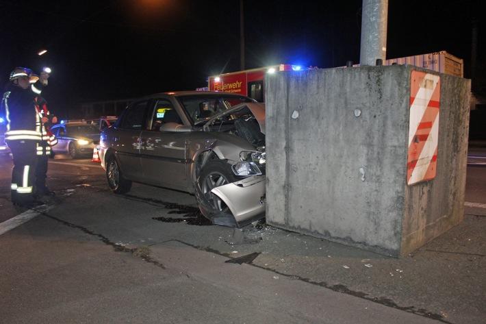 Ungebremst gegen Betonpfeiler: Unfallopfer schwer verletzt