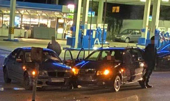 Kollision zwischen zwei Pkw: Beifahrerin wird verletzt