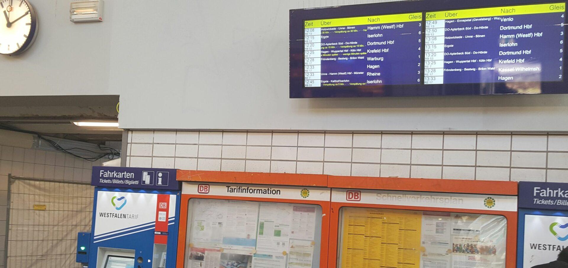 Informationstafel ist in den Bahnhof zurückgekehrt
