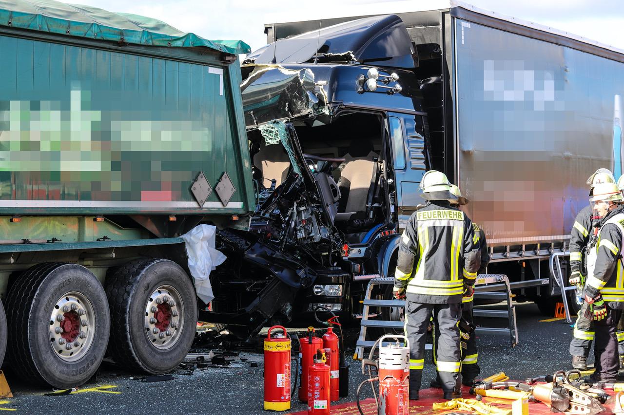 Schwerer Lkw-Unfall auf A45 bei Schwerte: Lkw-Fahrer eingeklemmt – Lennetalbrücke gesperrt
