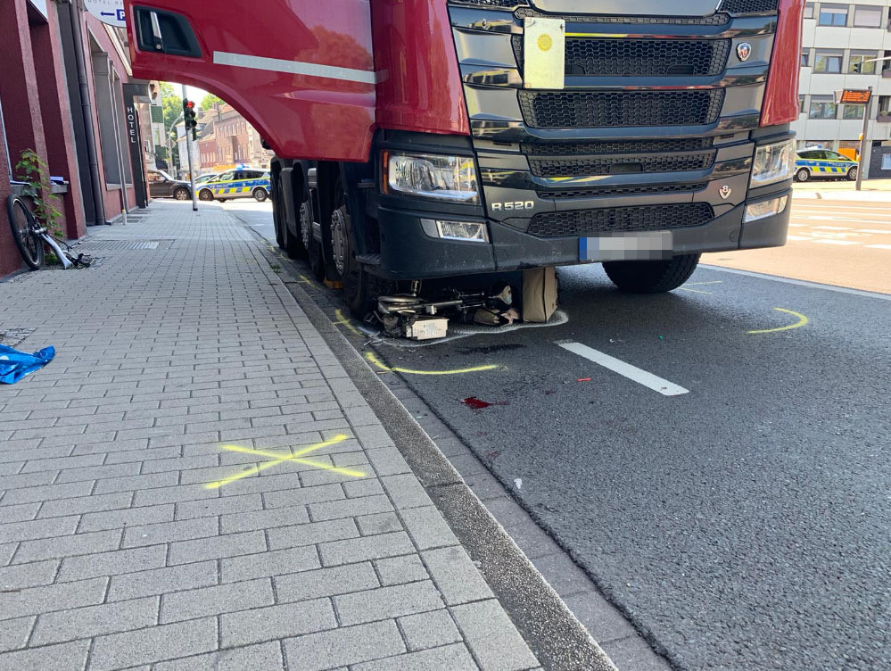 Unter Lkw geraten: 79-jähriger Radfahrer schwerverletzt