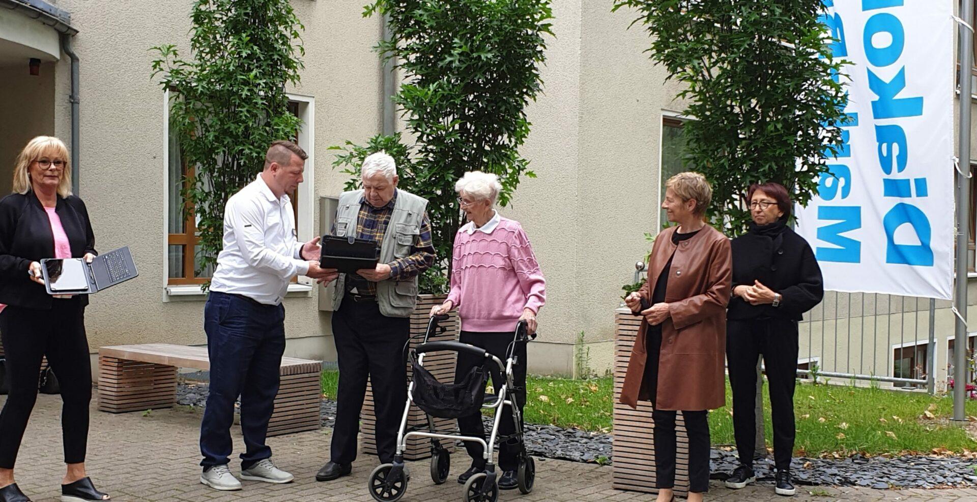 Lions Club Schwerte-Caelestia spendet dem Klara-Röhrscheidt-Haus zwei Tablets