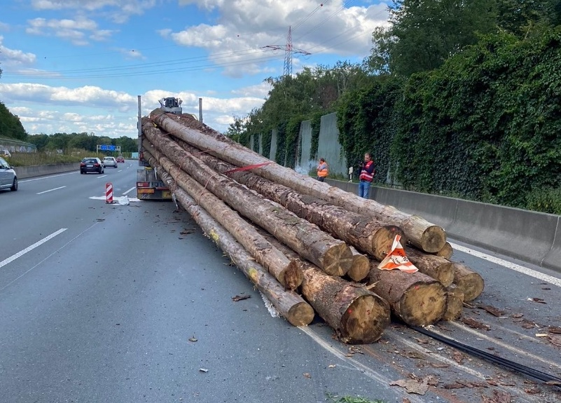Sperrung: Lkw verlor zwischen Hagen und Westhofener Kreuz Baumstämme