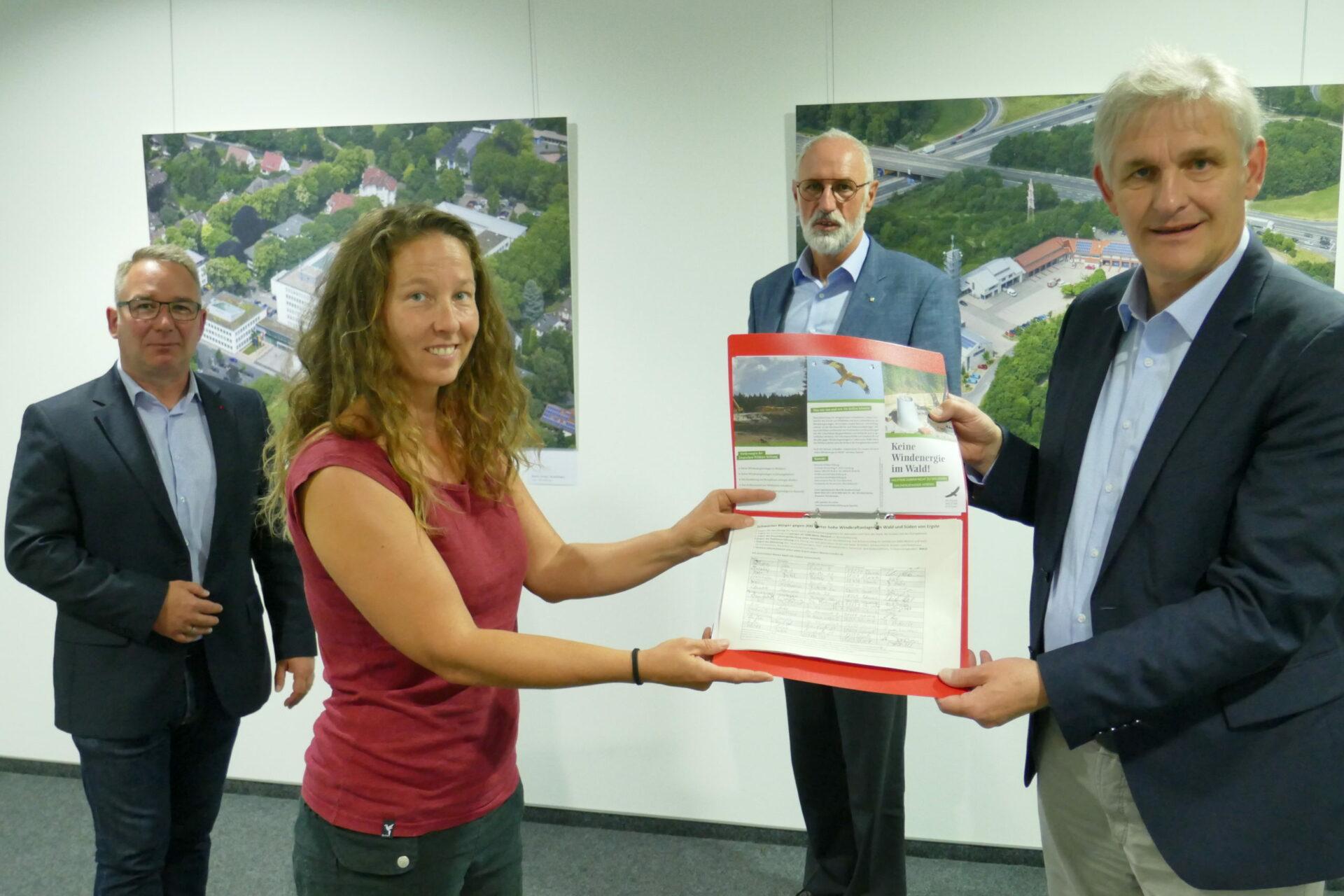 Initiative übergibt Unterschriften gegen Windräder in Ergste an Landrat