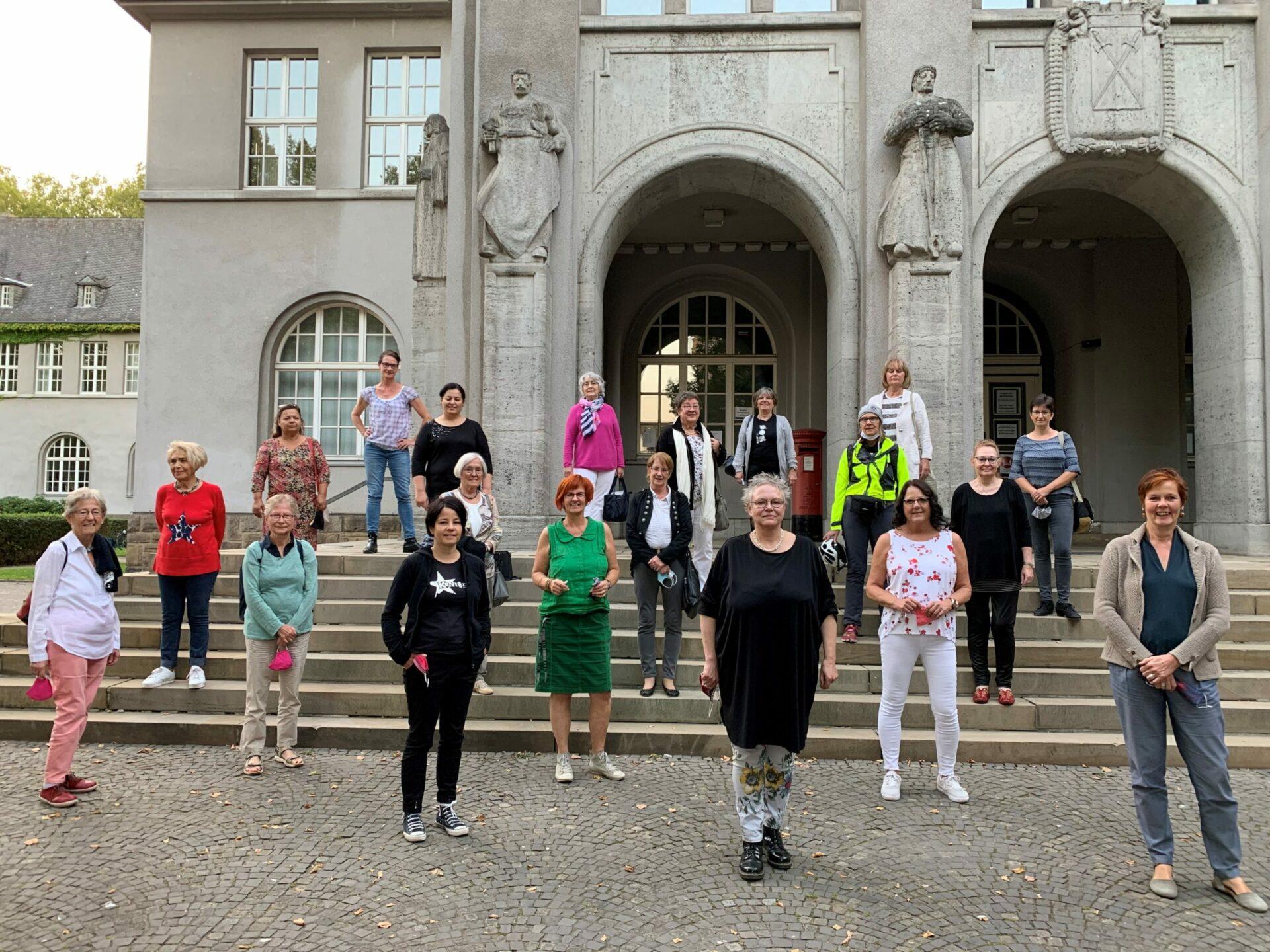 Frauenpower auf Rathaustreppe