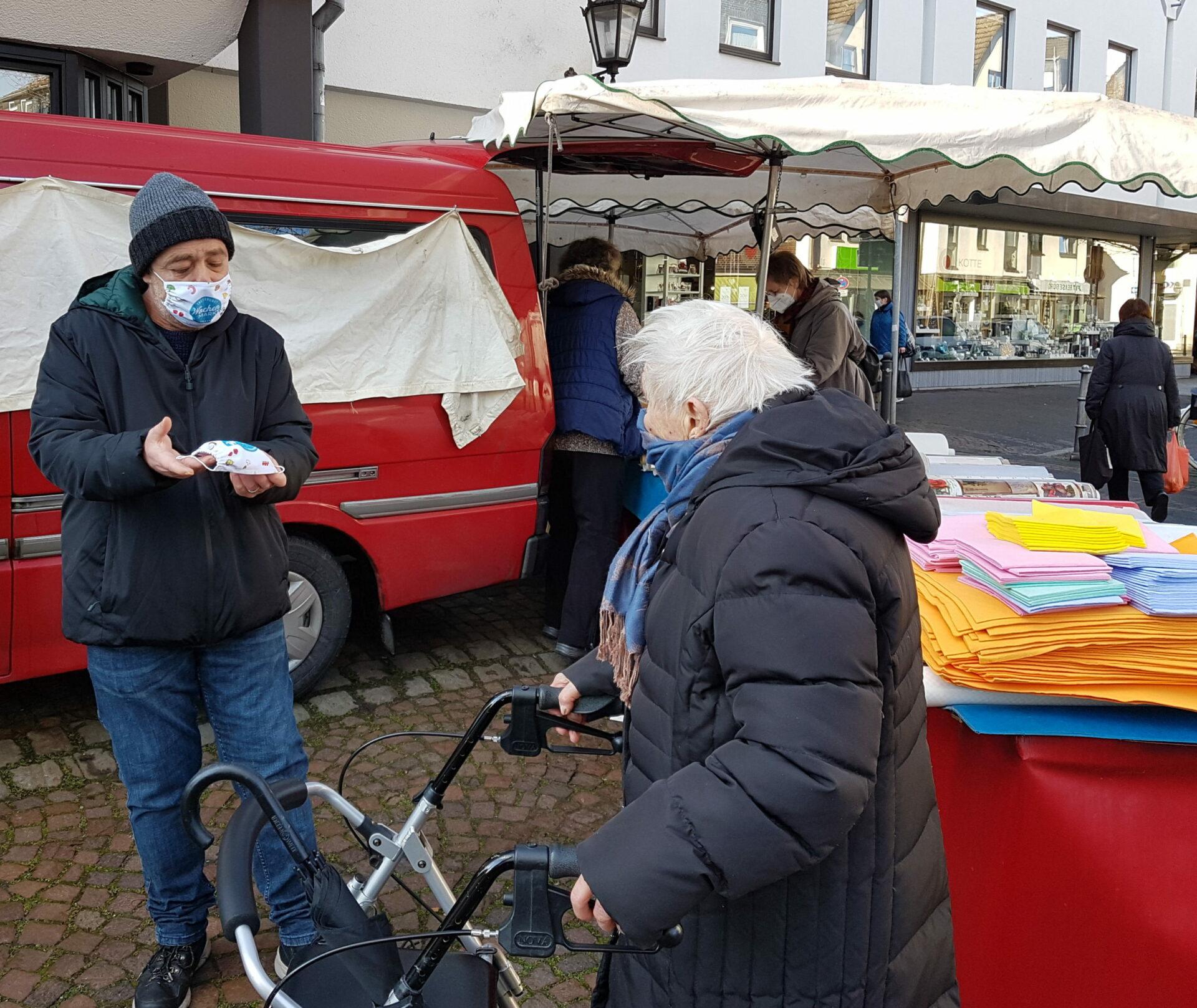 Marktgilde verschenkt Maskenauf dem Schwerter Wochenmarkt