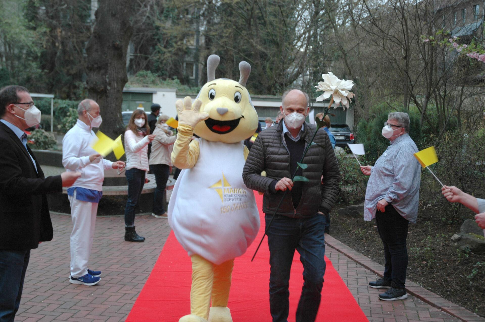 Mit Maiki auf dem roten Teppich – Krankenhaus-Chef Beyer feiert silbernes Jubiläum