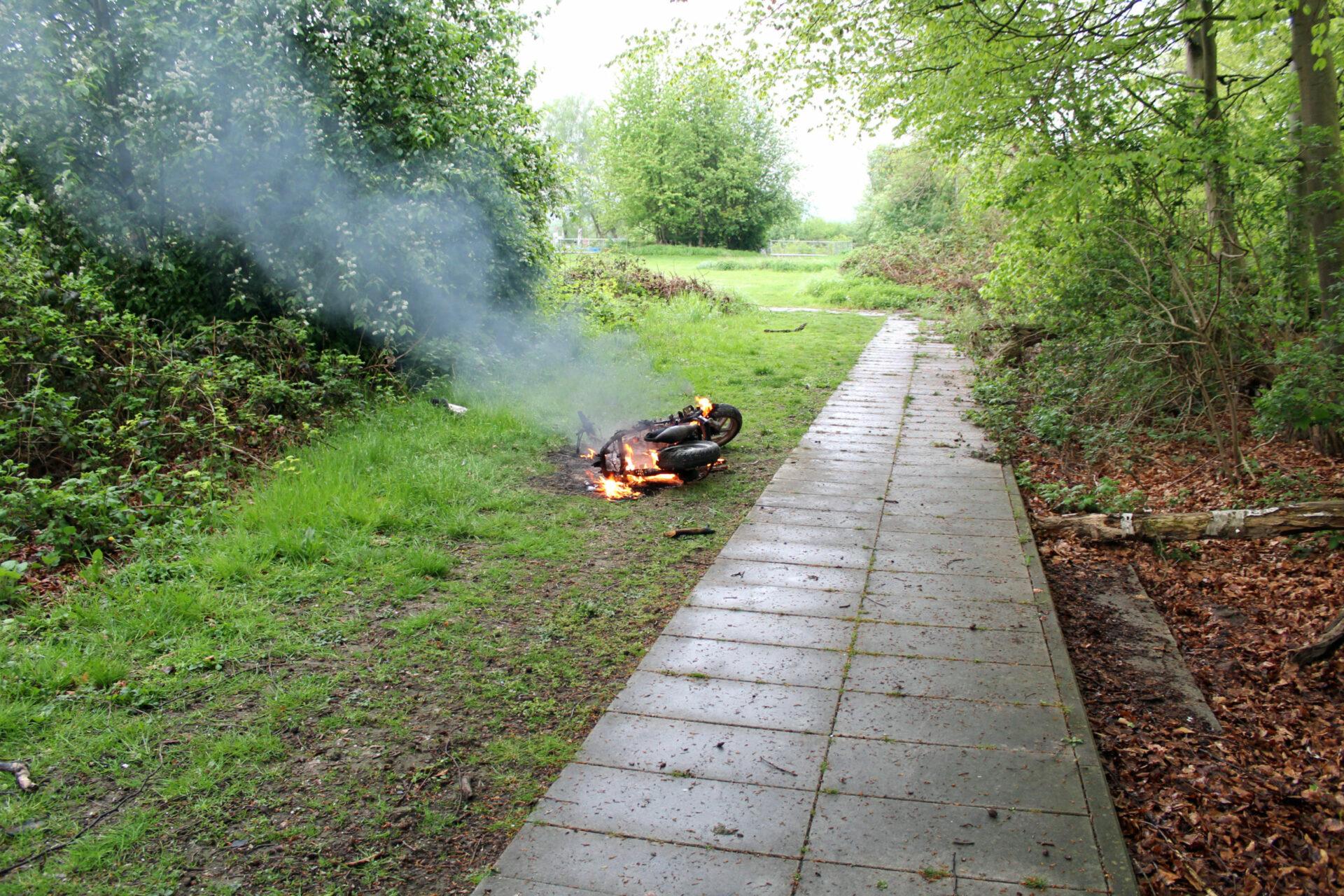 Drei Jugendliche sollen gestohlenes Kleinkraftrad in Brand gesetzt haben – Polizei sucht sie