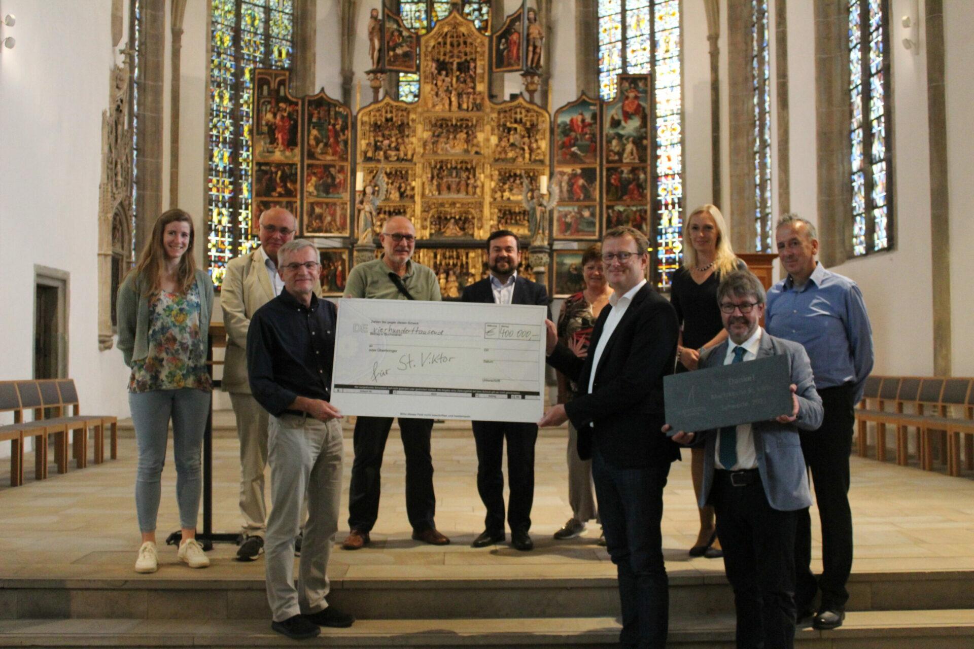 Dieser Scheck rettet die St. Viktor-Kirche in Schwerte