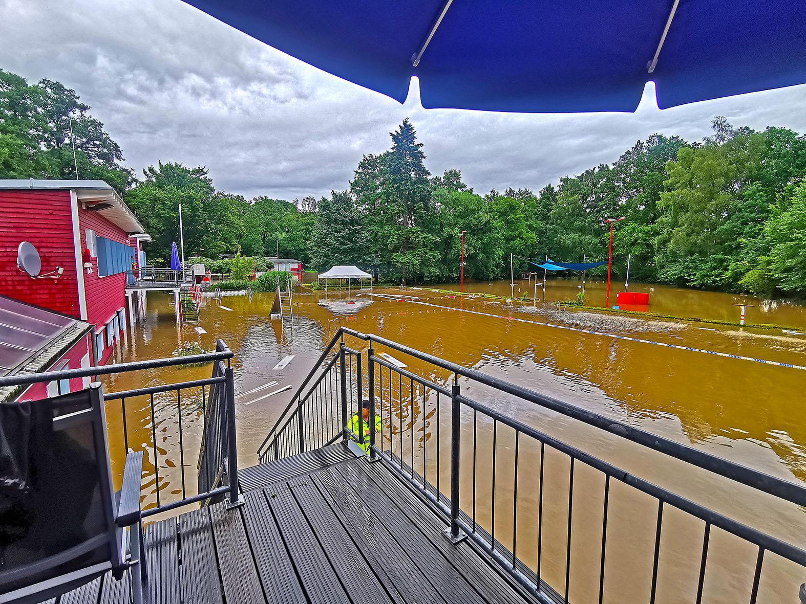 Elsebad abgesoffen: Braune Fluten überschwemmen Becken und Wiese