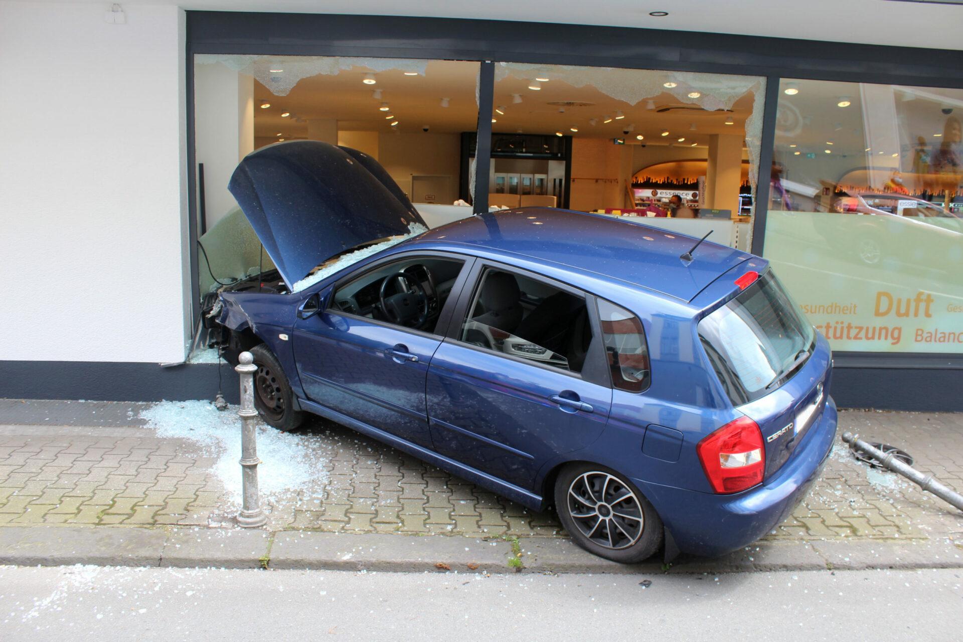 Auto landet bei Verkehrsunfall in Drogerie-Schaufenster – drei Verletzte
