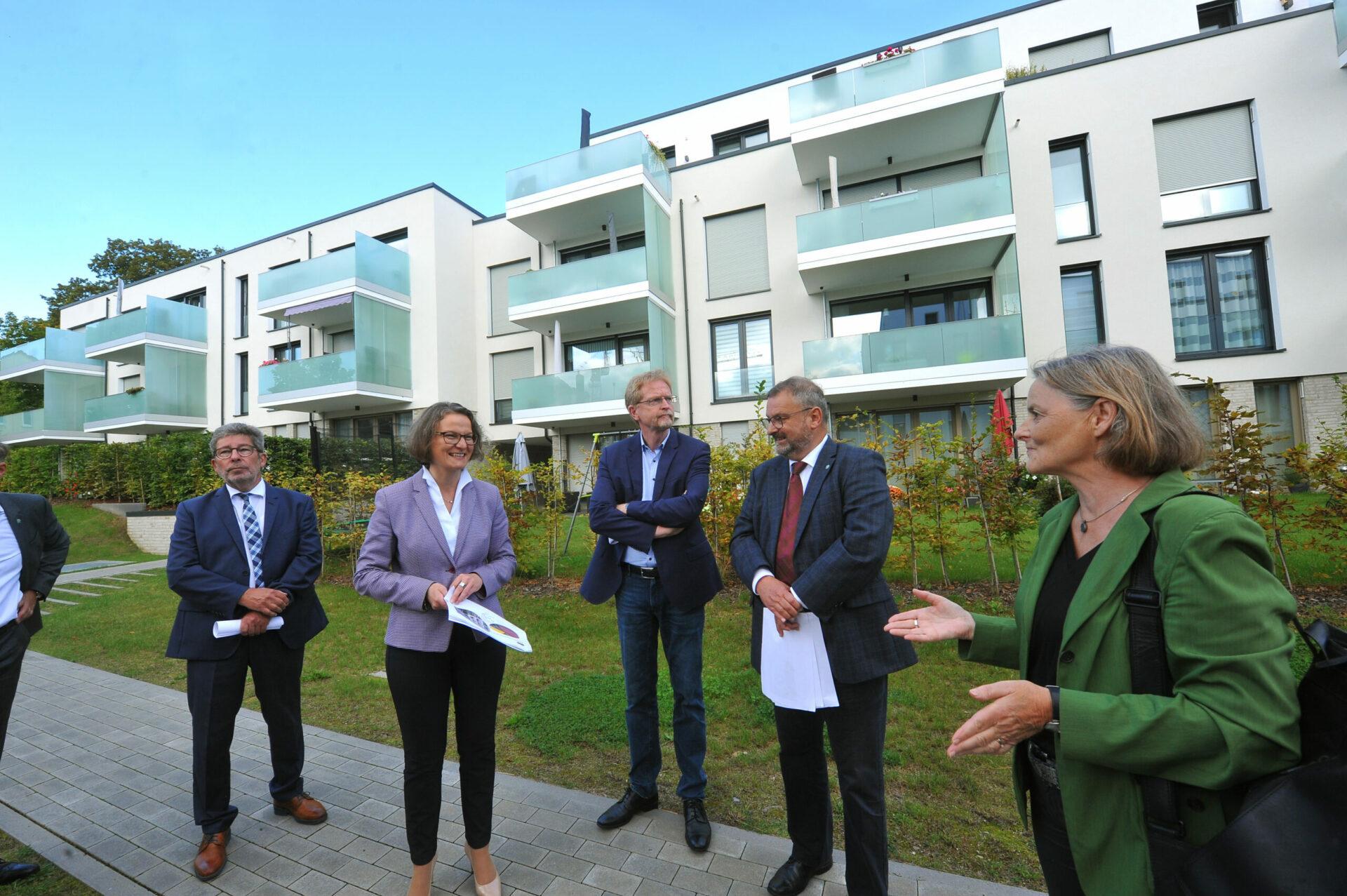 Bauministerin Ina Scharrenbach besucht GWG-Klimaschutzsiedlung